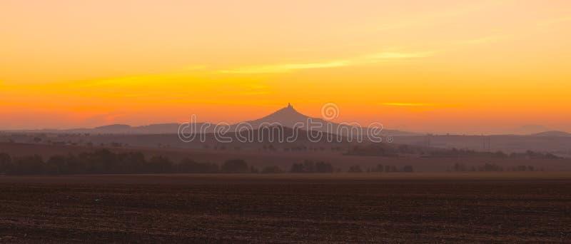 Het silhouet van Hazmburk-Kasteel bij zonsopgang Tsjechische Republiek royalty-vrije stock foto's