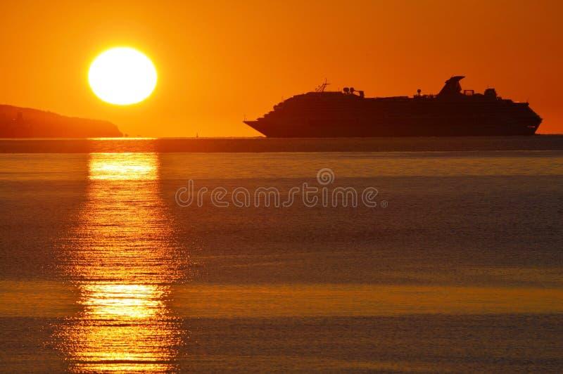Het Silhouet van het cruiseschip stock afbeelding