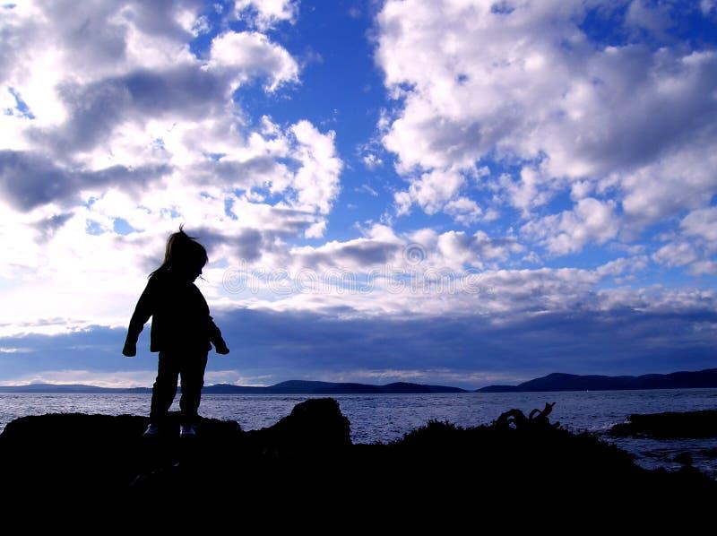 Het Silhouet van het kind op Strand stock fotografie