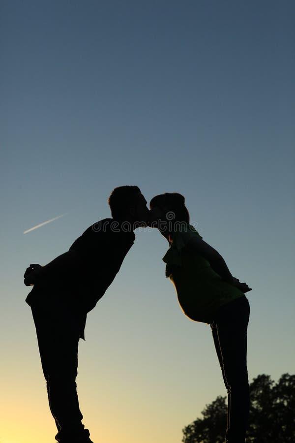 Het silhouet van het moederschapspaar het kussen stock fotografie