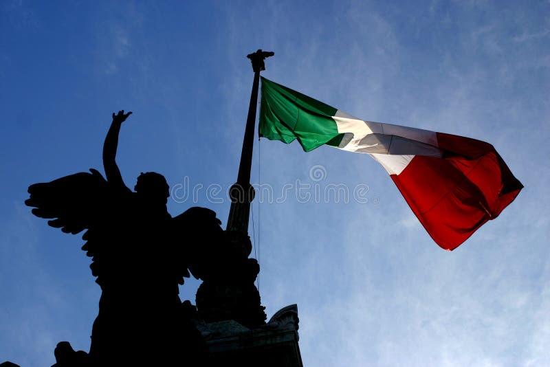 Het Silhouet van het standbeeld en Italiaanse Vlag royalty-vrije stock afbeeldingen