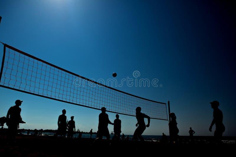 Het silhouet van het strandvolleyball stock fotografie