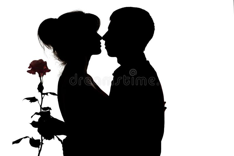 Het silhouet van jongelui koppelt in liefde op wit geïsoleerde neus als achtergrond aan neus, man die een roze bloem houden en vr royalty-vrije stock afbeelding