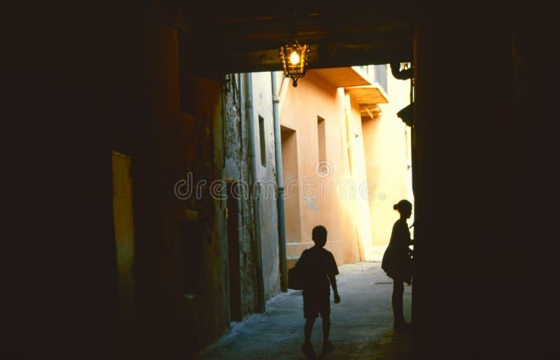 Het silhouet van kinderen in donkere steeg royalty-vrije stock fotografie