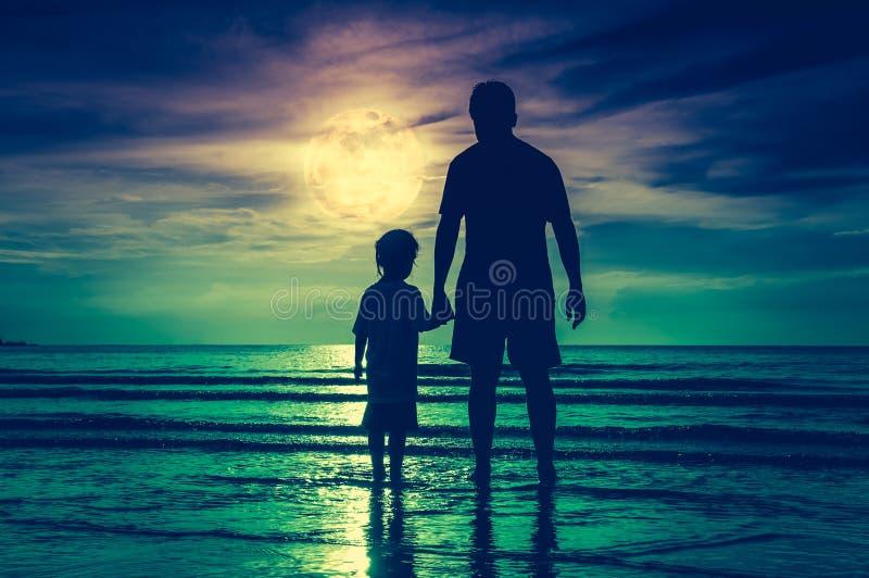 Het silhouet van kindholding overhandigt haar vader, die zich in Se bevinden royalty-vrije stock fotografie