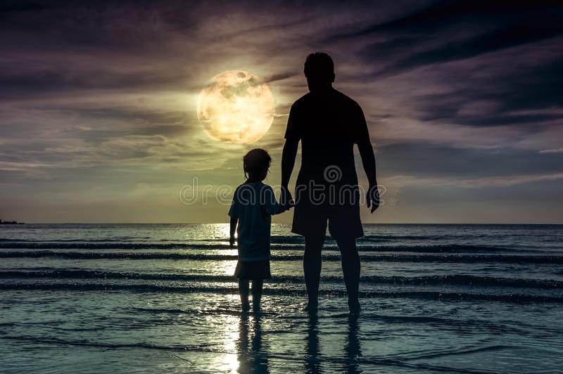 Het silhouet van kindholding overhandigt haar vader, die zich in Se bevinden royalty-vrije stock foto