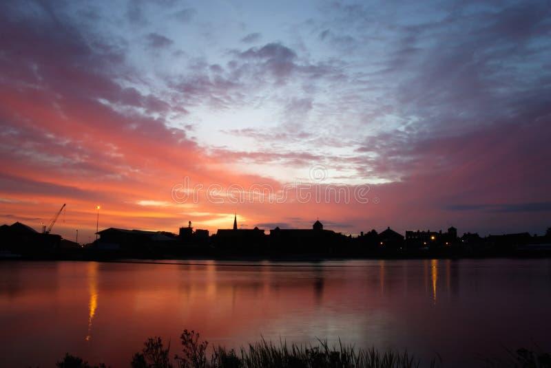 Het silhouet van koningenlynn in Dawn stock foto