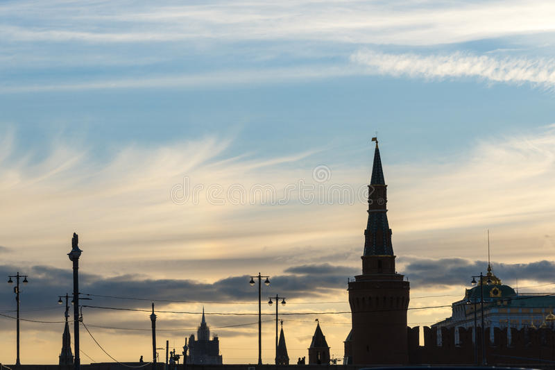 Het silhouet van Moskou het Kremlin over zonsondergang royalty-vrije stock foto