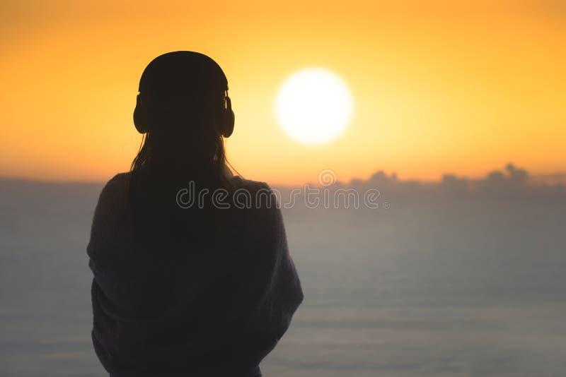 Het silhouet van naakte vrouw met nat haar verpakte in een deken na het zwemmen royalty-vrije stock foto's