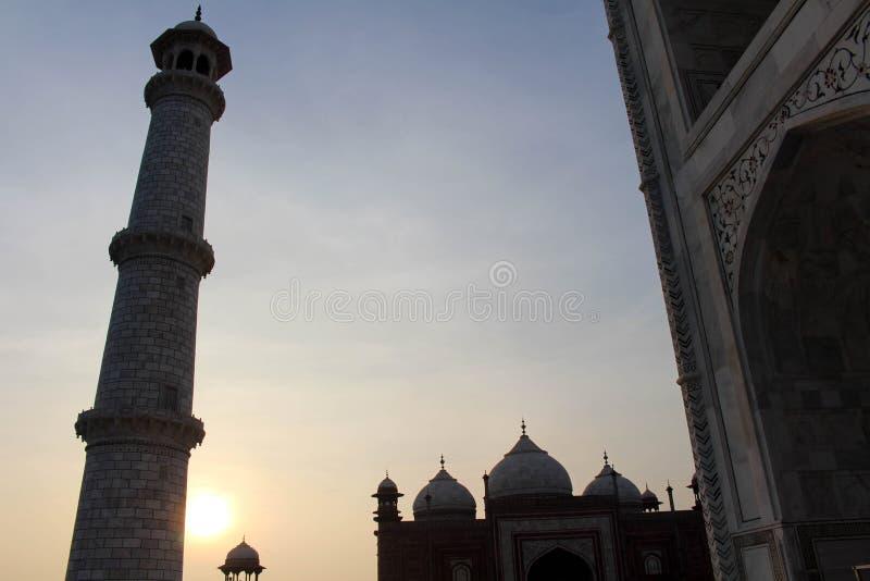 Het silhouet van Taj Mahal-torens tijdens zonsopgang royalty-vrije stock foto