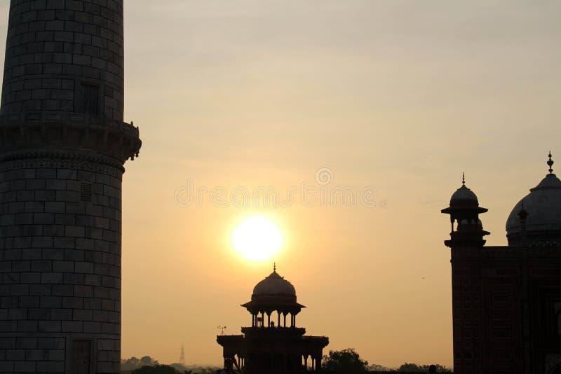 Het silhouet van Taj Mahal-torens tijdens zonsopgang royalty-vrije stock afbeelding