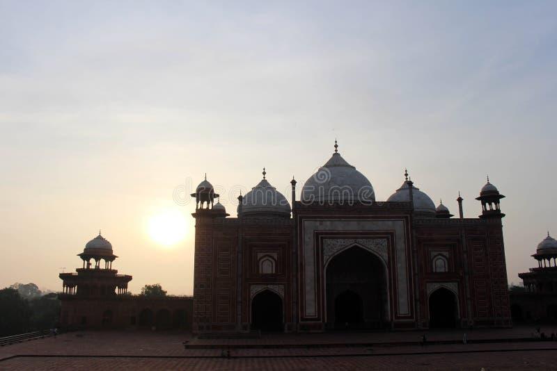 Het silhouet van Taj Mahal-torens tijdens zonsopgang stock afbeelding