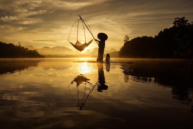 Het silhouet van visser vist in het Meer tijdens zonsopgang in Baan Nong Thale in Krabi royalty-vrije stock fotografie