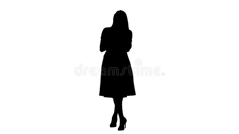 Het silhouetportret van een mooi glimlachend meisje in de zomer kleedt het gebruiken van mobiele telefoon, die bericht texting vector illustratie