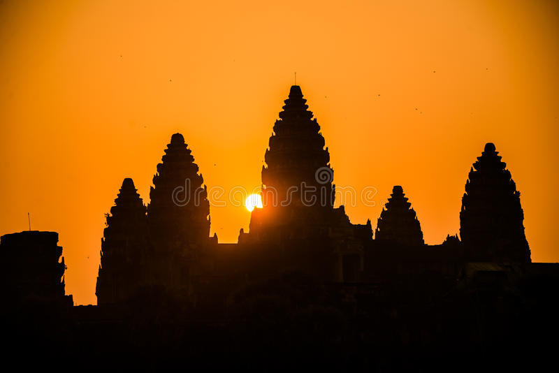 Het silhouetzonsopgang van Angkorwat. Godsdienst, Traditie, Cultuur. Kambodja. royalty-vrije stock foto