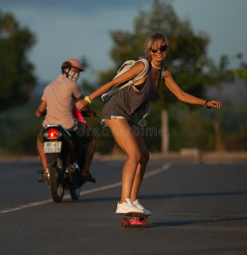 Het skateboard van de Skateboardersrit bij zonsondergang stock foto's