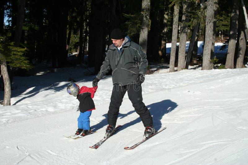 Het skiån van de vader en van het kind stock foto