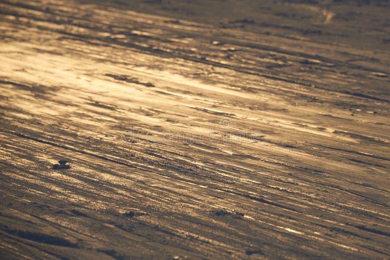 Het ski?en achtergrond - ski?en bergaf de sporen op skihelling - skislepen op skihelling stock fotografie