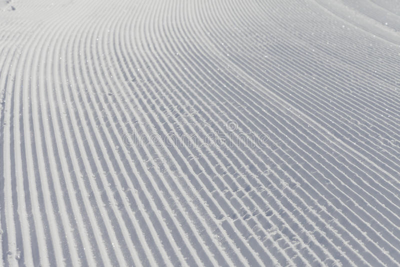 Het ski?en achtergrond - verse sneeuw op skihelling stock foto's