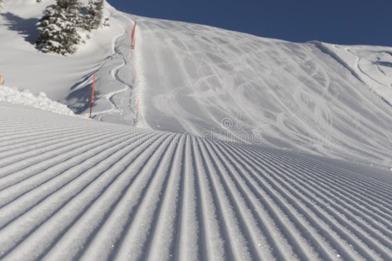 Het ski?en achtergrond - verse sneeuw op skihelling royalty-vrije stock afbeelding