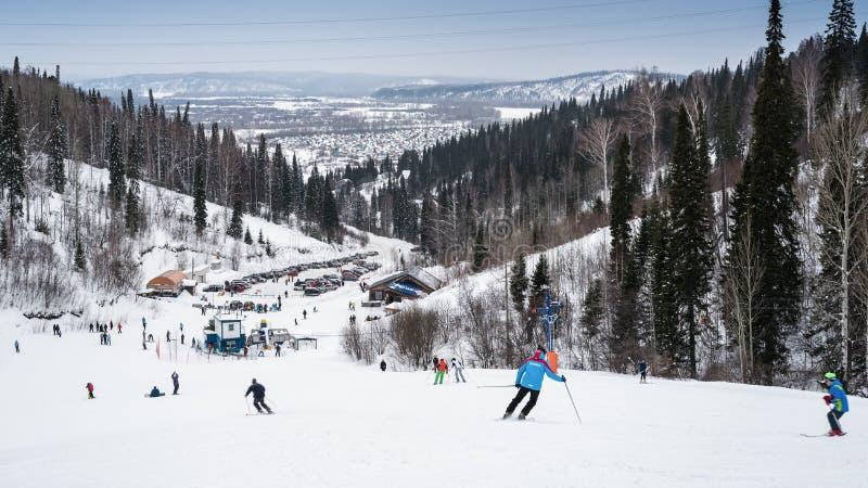 Het ski?en bergaf in Rusland stock afbeeldingen