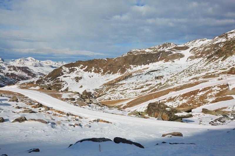 Het ski?en en het snowboarding in alpen royalty-vrije stock foto's