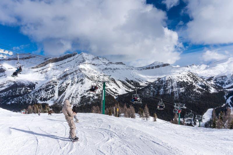 Het ski?en en Snowboarding bij Meer Louise stock foto's