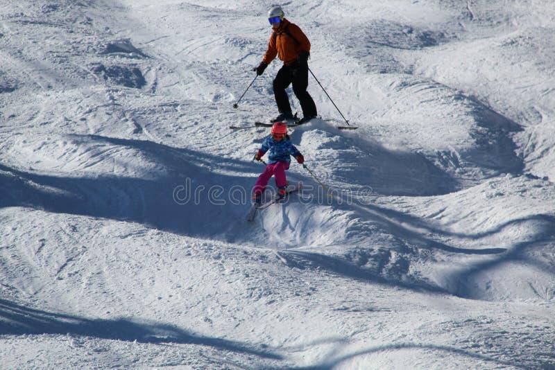 Het ski?en op een hobbelige helling stock foto's