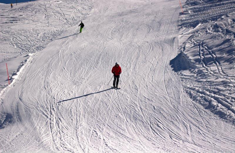 Het ski?en op een witte en witte sneeuw een dag van licht royalty-vrije stock afbeelding
