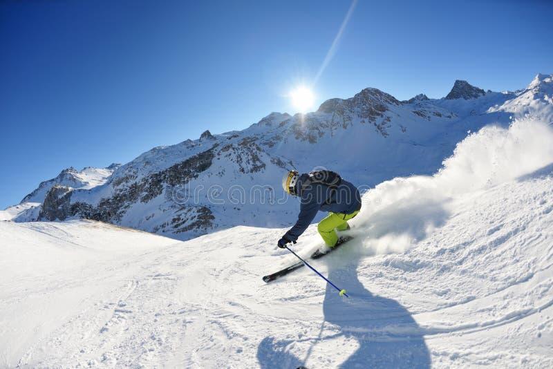 Het ski?en op verse sneeuw bij wintertijd zonnige dag stock foto