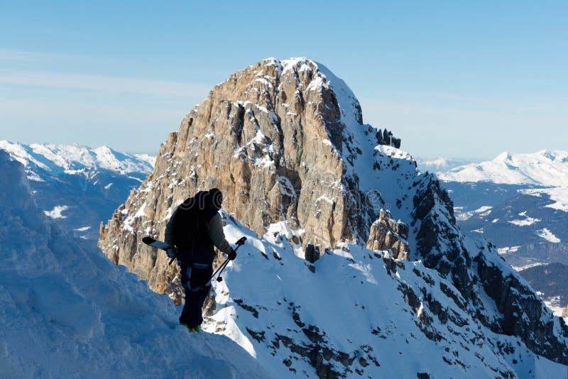 Het ski?en, Skiër, Freeride in verse poedersneeuw - de Mens met skis beklimt tot de bovenkant royalty-vrije stock afbeelding