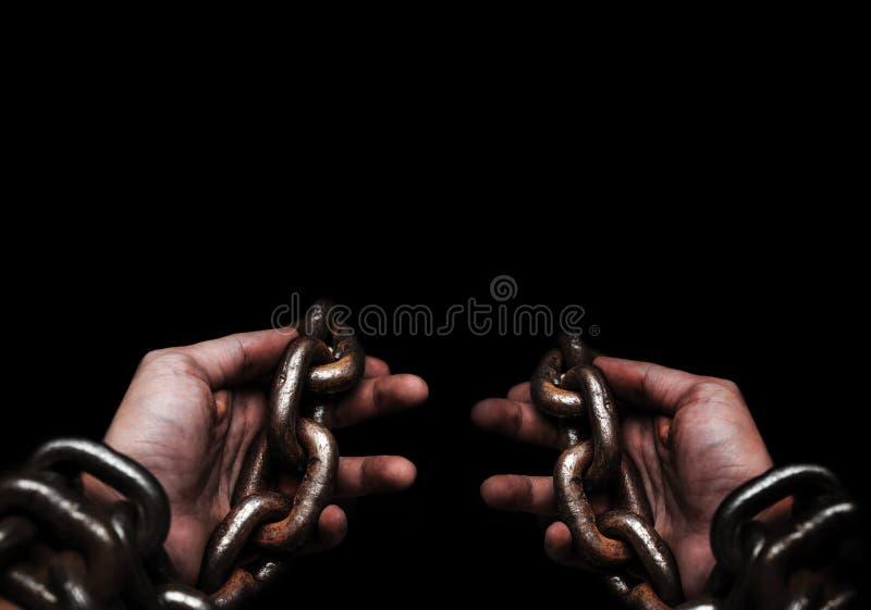Het slachtoffer, Slaaf, Gevangene mannelijke die handen door groot metaal worden gebonden ketent door hallo royalty-vrije stock afbeeldingen