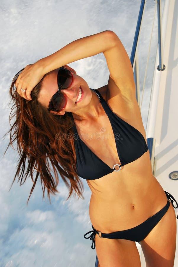 Het slanke sexy donkerbruine jacht van de vrouwenmotorboot stock foto's
