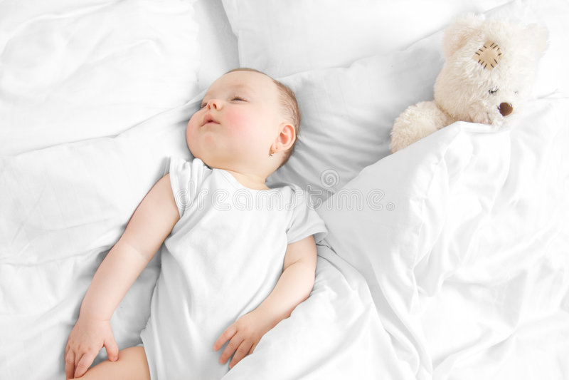 Het slapen met Teddy stock foto