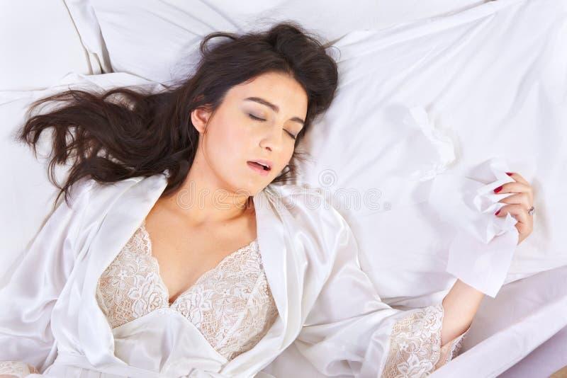 Het slapen wanneer gevangen griep stock fotografie