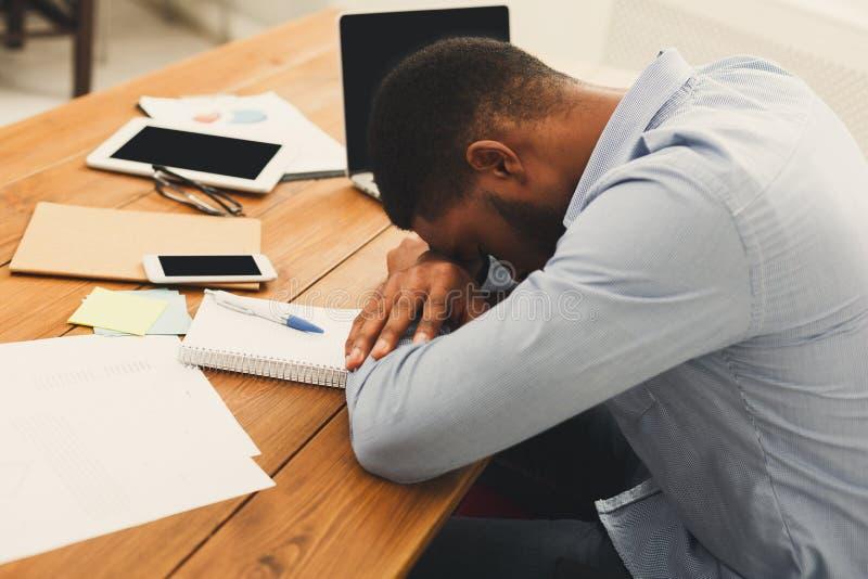 Het slapen zich overwerkt zwarte zakenman met laptop royalty-vrije stock afbeeldingen