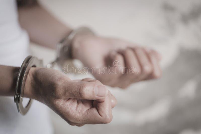 Het slavenmeisje de handboeien om:doen en werd gehouden Vrouwengeweld en misbruikt concept, menselijk het handel drijven Concept, royalty-vrije stock foto