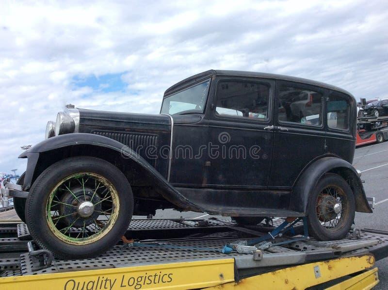 Het slepen van een oude auto stock fotografie