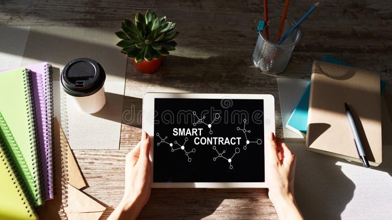 Het slimme concept van de contract blockchain gebaseerde technologie op het scherm Cryptocurrency, Bitcoin en ethereum royalty-vrije stock fotografie