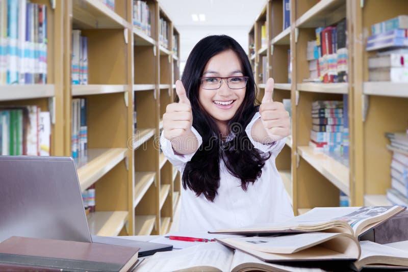 Het slimme middelbare schoolstudent tonen beduimelt omhoog stock afbeelding