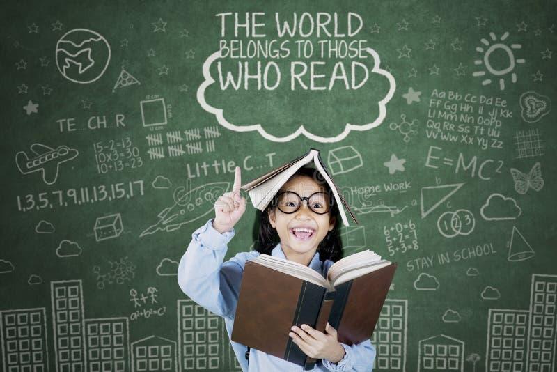 Het slimme schoolmeisje krijgt inspiratie in de klasse stock afbeelding