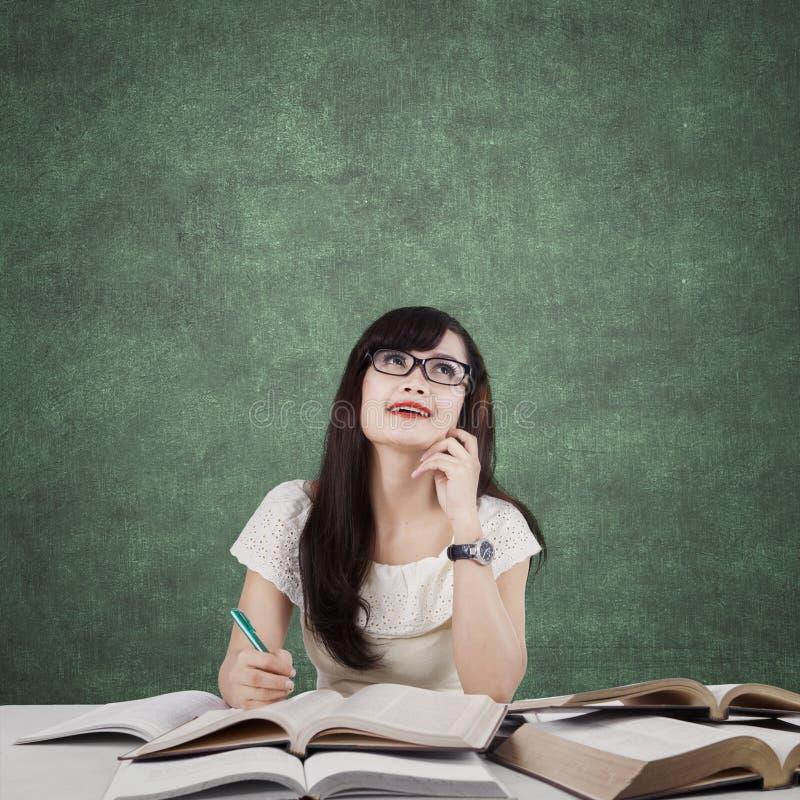 Het slimme student bestuderen en denkt idee royalty-vrije stock foto's
