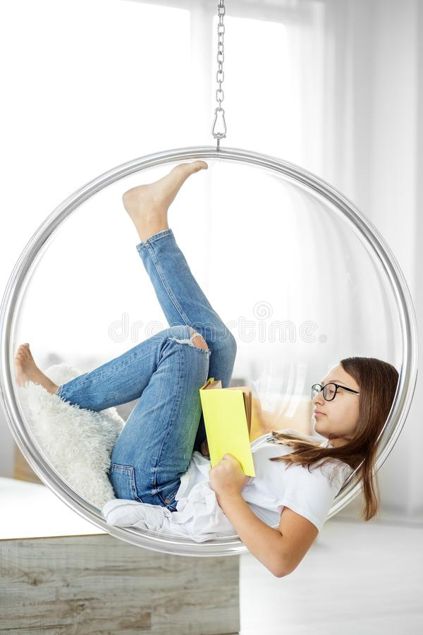 Het slimme tienermeisje leest een boek in de ruimte Concept onderwijs, hobby, studie en de dag van het wereldboek stock fotografie