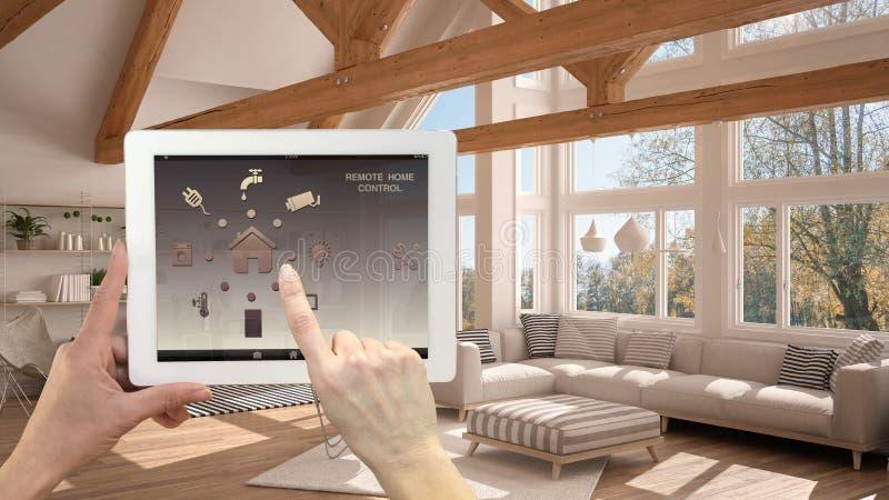 Het slimme verre systeem van de huiscontrole op een digitale tablet Apparaat met app pictogrammen Binnenland van moderne woonkame stock afbeelding