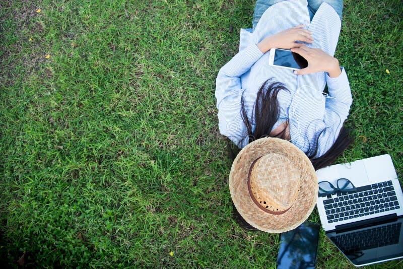 Het slimme vrouw openlucht werken Freelance Gebruikende laptop slimme tablet en slimme telefoon royalty-vrije stock afbeeldingen