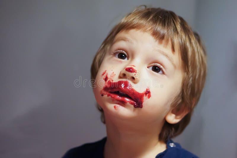 Het slordige jongen eten royalty-vrije stock foto