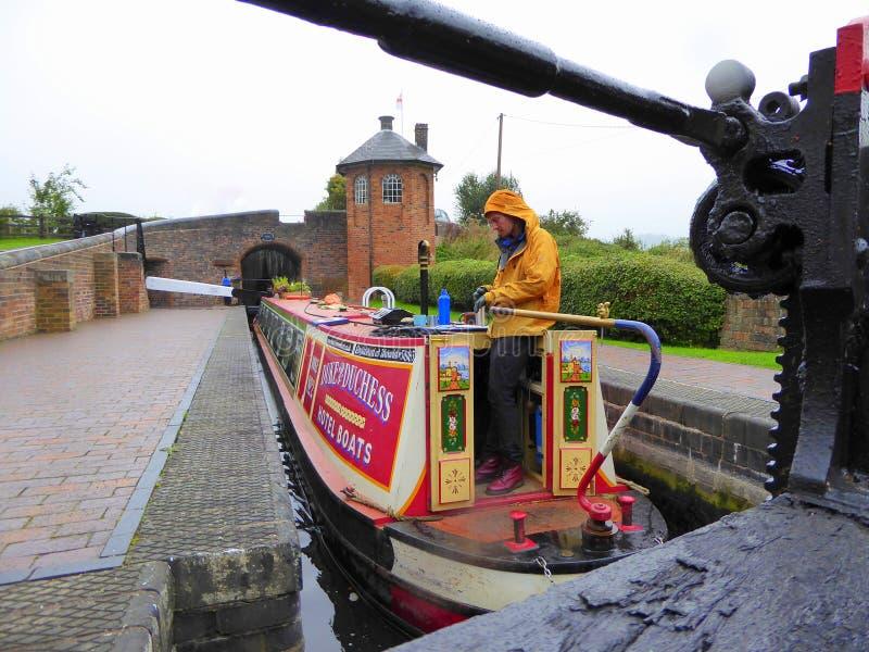 Het slot van de kanaal narrowboat binnenkant op regenachtige dag stock foto