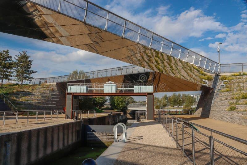 Het Slot van Diamond Bridge en van Timmerlieden op de Rivier Lea in de Koningin Elizabeth Olympic Park, royalty-vrije stock fotografie