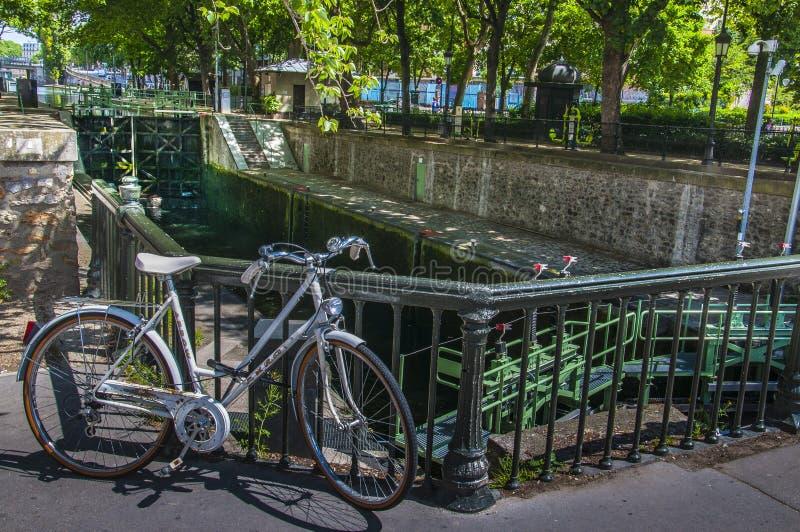 Het slot van kanaalheilige Martin met fiets in Parijs stock foto