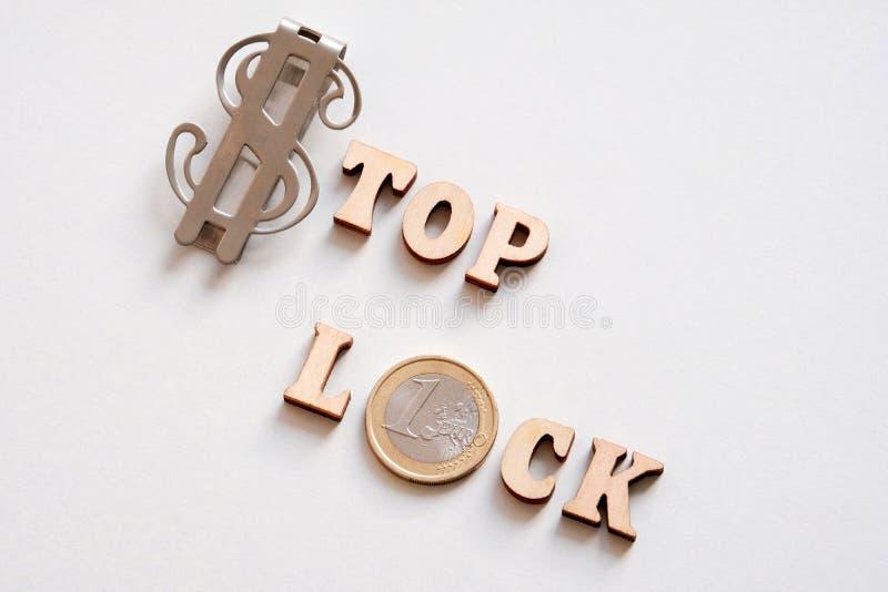 Het SLOT van het uitdrukkingseinde dat uit de dollarsymbool van de V.S. wordt samengesteld, muntstuk van Euro en houten brieven ? stock afbeeldingen